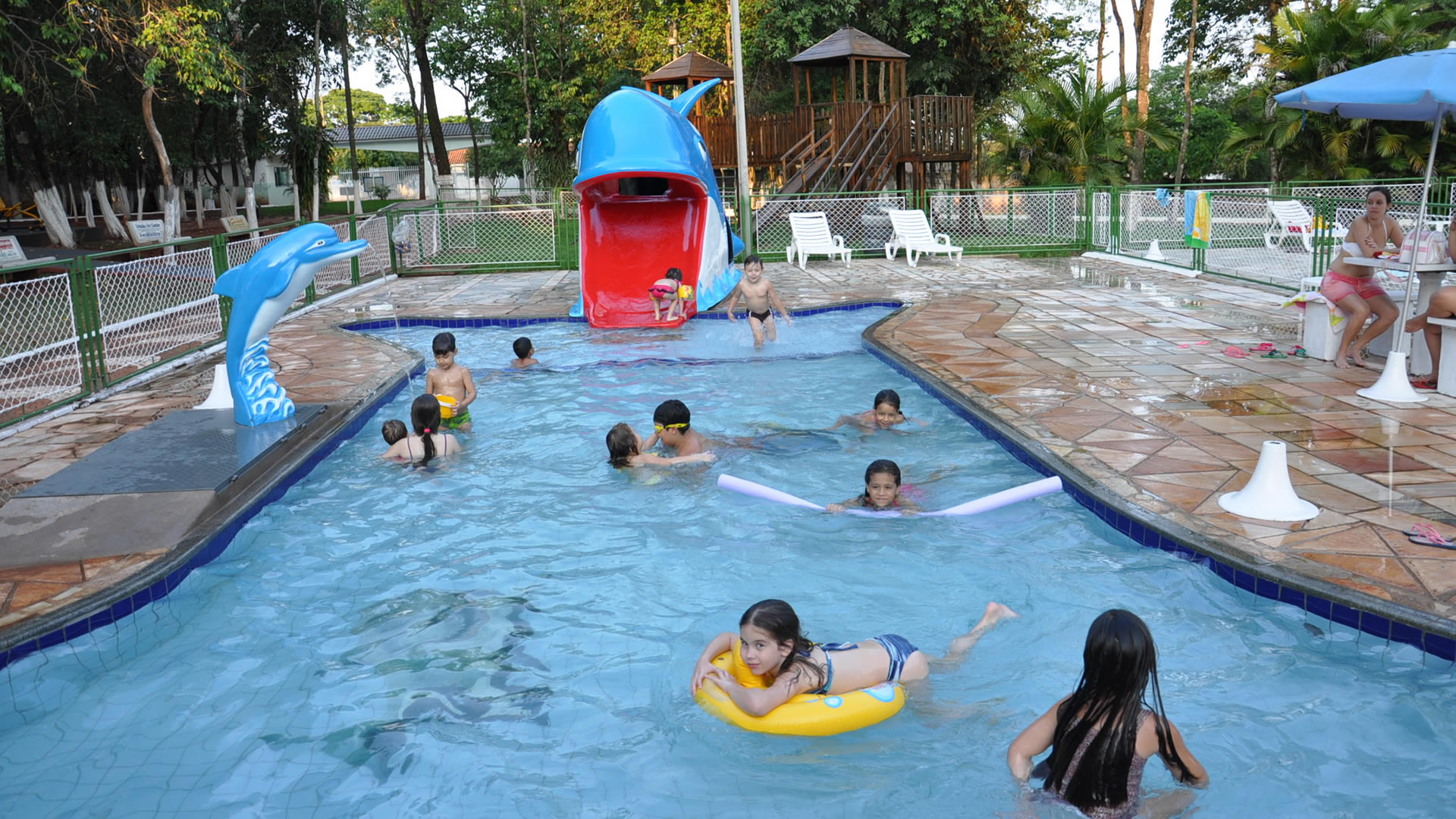 Piscina infantil caiua country clube for Piscina infantil